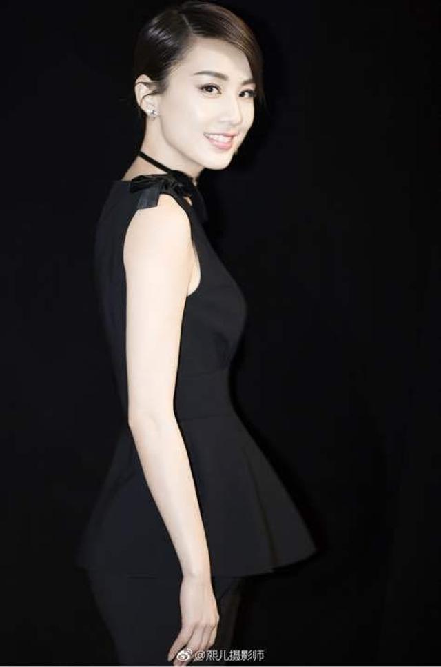 新浪娱乐讯 日前,黄圣依一组时尚写真曝光,经典深V小黑裙彰显柔媚与性感。