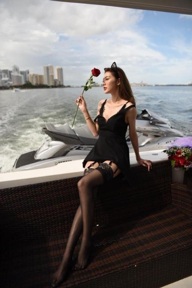 新浪娱乐讯 日前,台湾女星吴亚馨在网上晒出了喝香槟的美照,搭配为自己打气的言论,掀起热议。