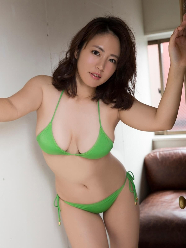 新浪娱乐讯 本组图片收录了日本超人气轻熟女写真女星矶山沙也加2017年的部分写真。