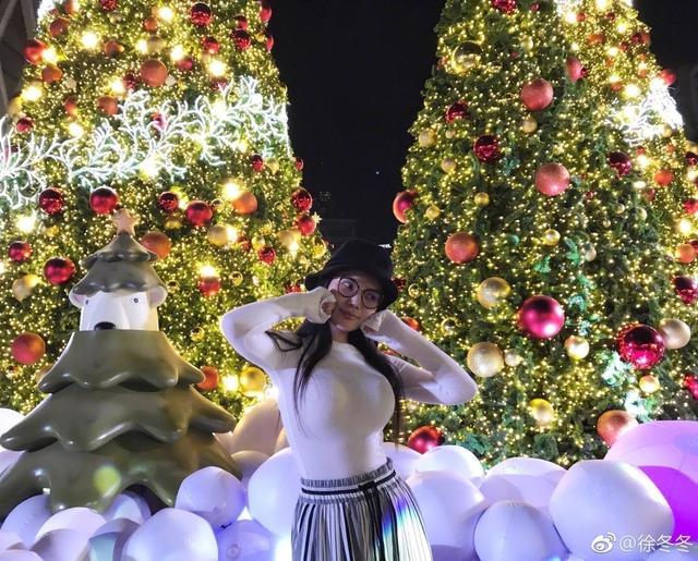 """新浪娱乐讯 日前,大嫂徐冬冬在微博晒出一组美照,并配文""""圣诞节树下吃榴莲作妖绝不绝? """",照片中,徐冬冬素颜出镜,傲人上围依旧吸睛。"""