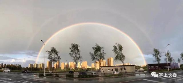 """3日下午,长春市区在轰隆隆的雷声下,迎来了一阵又一阵的雨。雨过天晴之后,天空出现了""""双彩虹""""的奇观,让人看了啧啧称赞。双彩虹的视频、图片刷爆了朋友圈。下面就来一起欣赏一下吧!"""