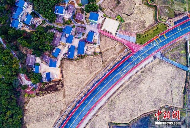1月1日,航拍即将建成通车的江西省上饶市铅山县河永快速通道(河口至永平),该快速通道是铅山首条彩色公路,宛如彩带穿行于秀美乡村之间。丁铭华 摄