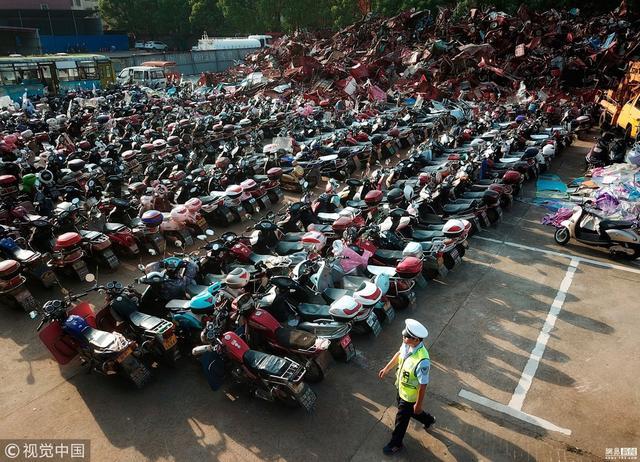 2018年9月5日,江西抚州,东乡区孝岗镇一块空地上,堆放着集中暂扣和销毁的违法违规车辆。