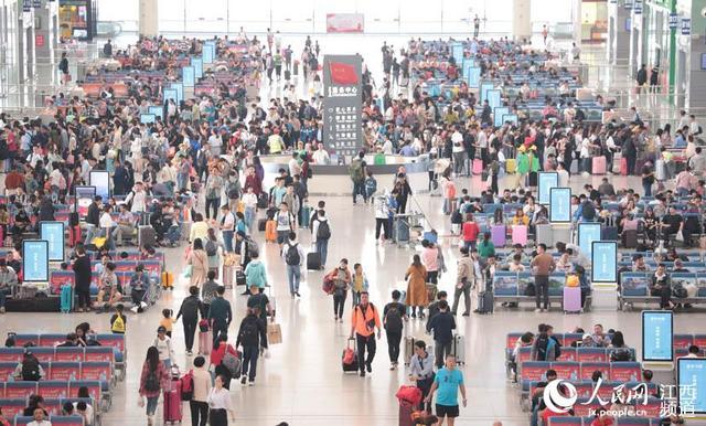 人民网南昌10月7日电 2018年国庆长假已接近尾声,在长假运输期间的9月28日-10月6日,南昌车站累计发送旅客137.9万人次。10月1日是车站运输最高峰日,当天南昌车站发送旅客24.5万人次;10月7日南昌车站预计发送旅客12.6万人次,其中南昌西站发送旅客5.6万人次。
