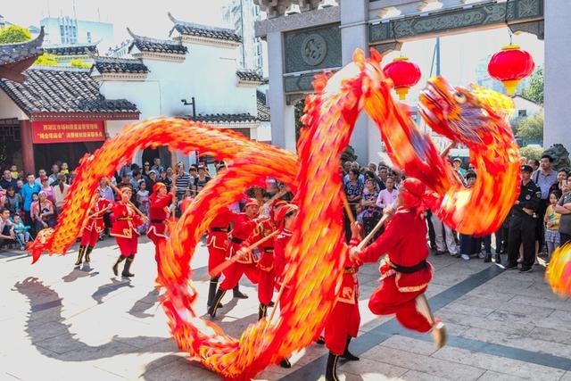 """10月6日,在江西省南昌市的千年古塔绳金塔脚下,""""逛庙会、尝美食、看演出""""的游客络绎不绝。鼓乐喧天,气势非凡的舞龙表演火热开场,大头娃娃、采莲船、蚌壳精等民俗活动精彩亮相,让百姓亲身感受中国传统文化的魅力。据悉,以绳金塔为载体的绳金塔庙会,今年迈入第十七个年头,9月28日开幕,历时10天,总计游客达到110多万人次,最高峰时日人流量超过12万人次。""""百万游客逛庙会"""",已经成为南昌中秋国庆期间的一座文化展示平台,一个经贸交流的品牌,一张对外交往的名片。(史家民 陈文萍)"""