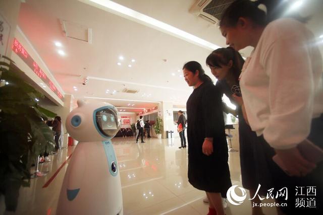"""人民网南昌10月8日电 (时雨)""""小π小π……""""1秒钟后,身高1.2米的可爱机器人""""小π""""清脆悦耳的声音响起:""""你好,我在呢。""""10月8日,南昌红谷滩政务大厅迎来了一名新员工——一款名为""""小π""""的智能机器人亮相上岗。据悉,这是南昌首个政务服务机器人。"""