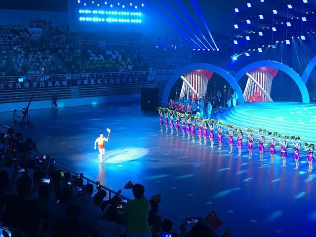 8月19日18时28分,辽宁省第十三届运动会文艺演出的神秘嘉宾、最后一棒火炬手杨鸣高举火炬跑步进入开幕式现场,与吉祥物鸥宝儿点燃生活、点燃了梦想。