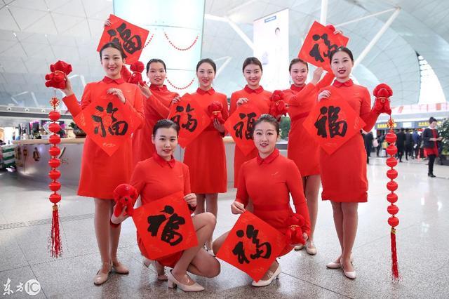 2018年2月8日,是中国农历小年,年味渐浓的沈阳桃仙机场,空姐将书法家书写的一幅幅春联福字送给乘客并祝福乘客新春快乐。