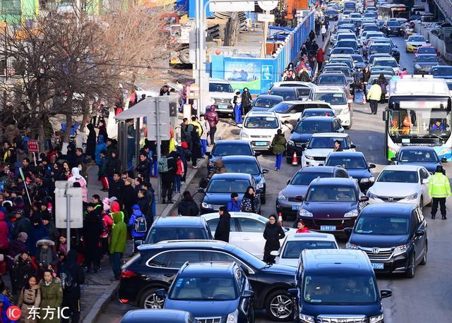 辽宁沈阳,新学期沈阳学校前接孩子放学的车辆繁多。