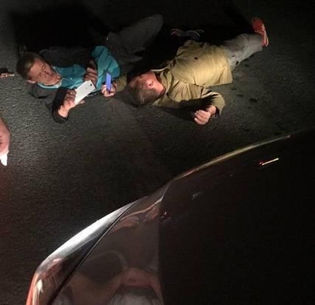 11日晚间22时左右,大东区东望北街东望医院附近发生一起撞车事故,两名喝醉酒男子在过马路时,被一辆私家车撞伤倒地不起,随后伤者被送往医院治疗。