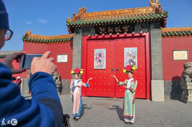 2018年2月7日,沈阳故宫将清代皇家门神挂了出来,迎接即将到来的农历新年,引得经过的路人纷纷驻足观看。(图片来自东方IC)