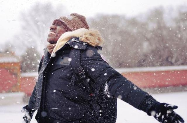 来自非洲的阿布,在沈阳第一次看见漫天雪花时,笑得像个孩子。