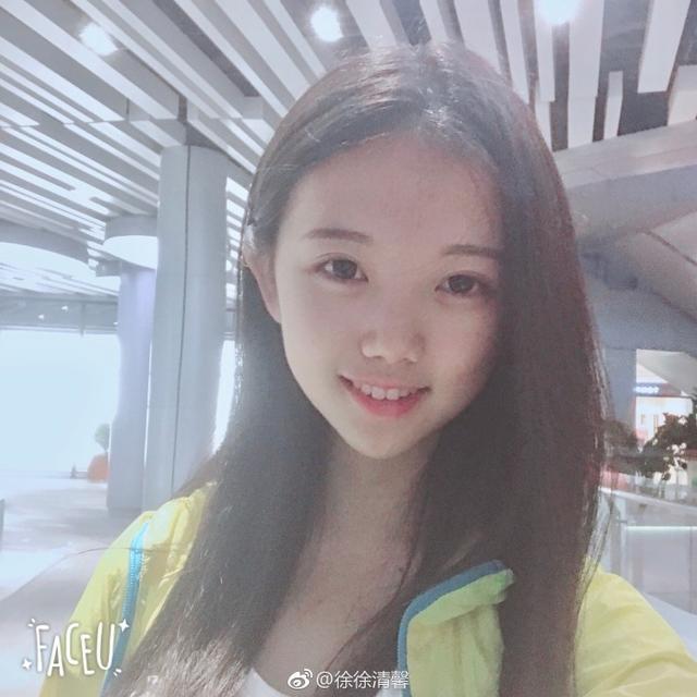 1、徐清馨,1999年出生,来自海南,武汉大学2017级播音本科专业,在海南省播音主持专业的联考中获得了第一名,徐清馨五官精致,大部分照片都是纯素颜自拍,偶尔会有几张自己主持的照片,很有风范。