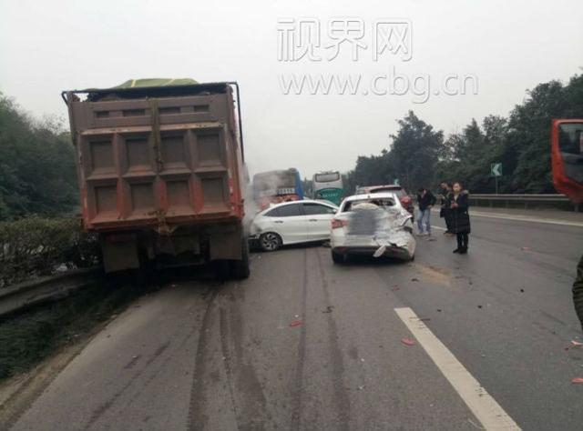 1月15日2点30分左右,在沪渝高速出城方向钟家大桥路段,发生一起连环追尾事故,导致8车受到不同程度损坏,直接经济损失超过30万元。肇事的红色大货车直接冲进了绿化带,骑在安全护栏上,现场一片狼藉,其余7辆车不同成程度受损。幸运的是,事故并无人员受伤。 (来自:视界网)