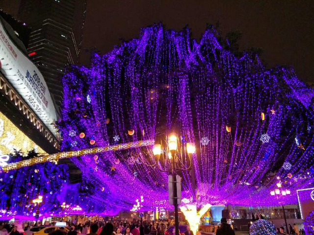 随着新年的脚步越来越近,浓浓新春气息下的重庆夜景更是美出新高度,随手一拍都是大片,快带上家人一起去感受吧!渝中区解放碑,重庆最标志性的建筑之一,一直以来新春氛围就不错。最近,解放碑变得更美了,周边的街道树上都挂满了彩色的LED灯,每一个角落都被点亮,浪漫而时尚。