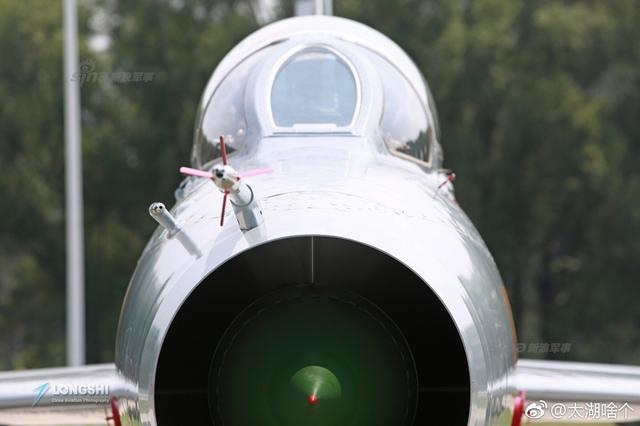 日前,网友发布了参加航空飞镖比赛的中国空军歼教7、教练8、山鹰、猎鹰,歼8DF、歼10B,轰6、轰6K,武直10K等多型飞机机头正面照,相当霸气。图片鸣谢:新浪微博网友@太湖啥个