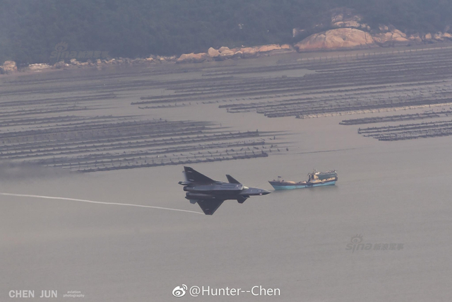 日前,有网友拍到参加珠海航展飞行展示的歼20战机编队低空掠过水面画面,相当帅气!(图片鸣谢:Hunter--Chen)