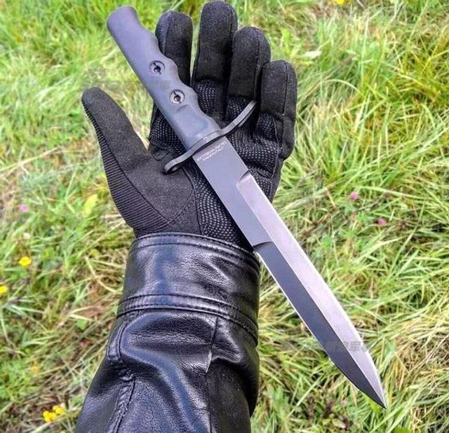 意大利伞兵匕首长190毫米,由奥地利合金钢N690钴制造而成,刀片厚度为6.3毫米,重量是298克。设计师研究它的每一个细节,乍一看可能多余或难以理解,但在使用中能充分体现出设计的精妙。(作者署名:鼎盛军事)