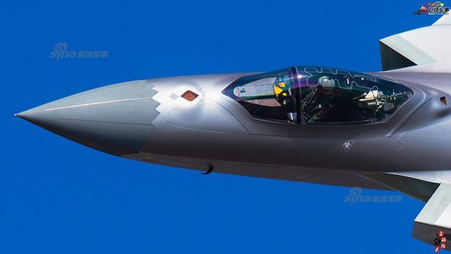歼20的座舱俯拍,可以看到采用的是侧杆操纵系统,飞行员头顶的爆炸索一清二楚,内部细节暴露无遗。