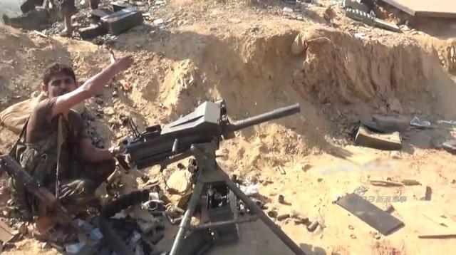"""日前,也门胡塞武装再次对沙特吉赞省的一处军事据点发动了袭击。不无意外,沙特军又一次败了,不仅据点被占领,还有大量的武器弹药、药品以及其他军事装备也拱手""""送""""给了胡塞武装缴获。图中这款武器一眼就看出是美式MK19榴弹发射器。(作者署名:新防务观察)"""