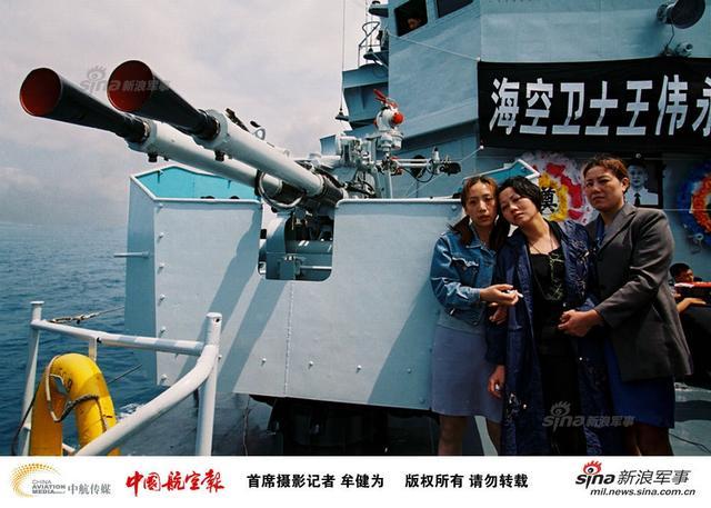 海空卫士王伟被确认牺牲后,家属在中国海军舰艇上参加追悼仪式。(图片鸣谢中航传媒-中国航空报首席摄影记者:牟健为)
