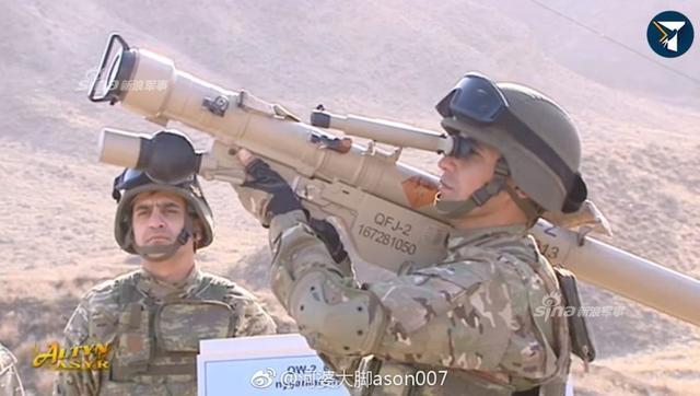 近日,土库曼斯坦边境哨所士兵向前来视察的土库曼斯坦总统别尔德穆哈梅多夫展示中国QW-2单兵携带防空导弹。(图片来源:微博网友河婆大脚ason007 、电波震长空xiangyuanye)