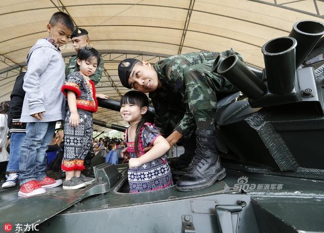 当地时间2018年1月13日,泰国曼谷,泰国庆祝儿童节,儿童上军营参观,体验枪械,并参观泰国军队从中国购进的VT-4坦克。
