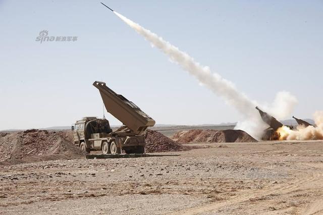 近日,阿尔及利亚第四军区在演习中实弹试射其装备的中国产SR-5火箭炮。