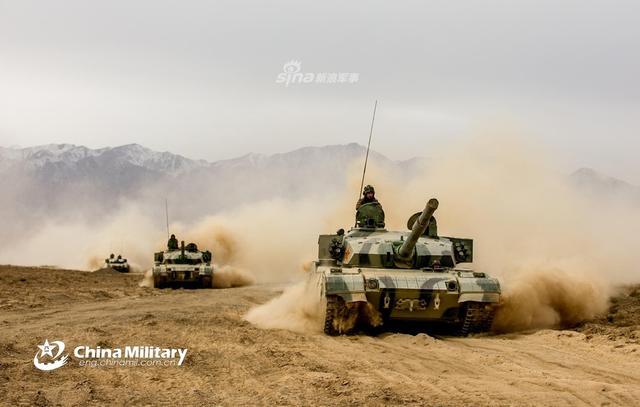 11月5日,我第76集团军某旅在甘肃祁连山脚下进行战术训练,该旅装备的96A主战坦克,04A步兵战车以及09式自行高炮悉数亮相。(图片来源:军网英文)
