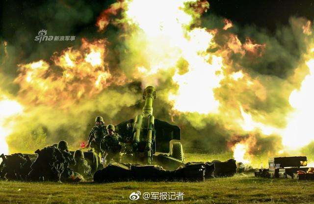 """8月9日,正在高原驻训的第77集团军某旅进行了一场高强度的夜间实弹射击。官兵们凭借充足的夜战经验、顽强的战斗精神,鏖战至子夜,逐一对""""敌""""碉堡工事、装甲目标、指挥所等多种目标进行火力打击,在海拔4500米的高原星空下划出一道道锋利的弹刃。(图片来源:军报记者)"""