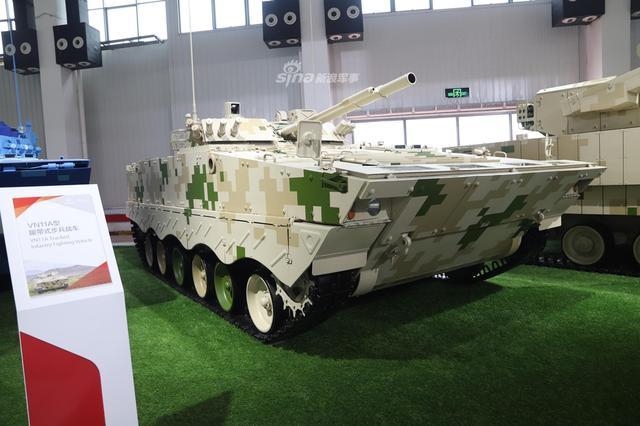 在本届珠海航展现场,新浪军事前方观察员拍摄到了中国出口型ZBD-04A履带式步兵战车,编号为VN11A。04A步战车为我军目前最先进的履带式步兵战车,已大量装备我军机械化合成旅。(新浪军事摄影)