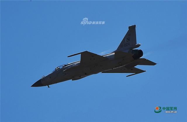 """作为中国航展的老朋友,巴基斯坦继续携中巴合研的""""枭龙""""战斗机参加珠海航展。在航展开幕式上,巴铁枭龙战机进行了精彩的单机飞行表演,展现出优异的机动性能。(图片来源:中国军网 Mr菠蘿先生)"""