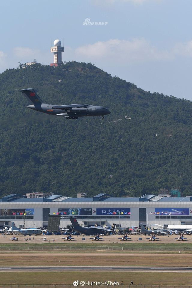 2018年珠海航展开幕式上,我国产运20大型运输机也进行了空中表演。运-20是中国研制的大型军用运输机,与中国空军现役伊尔-76比较,其电子设备有了很大改进,短跑道起降性能也很优异。(图片来源:Hunter-Chen 晶报)