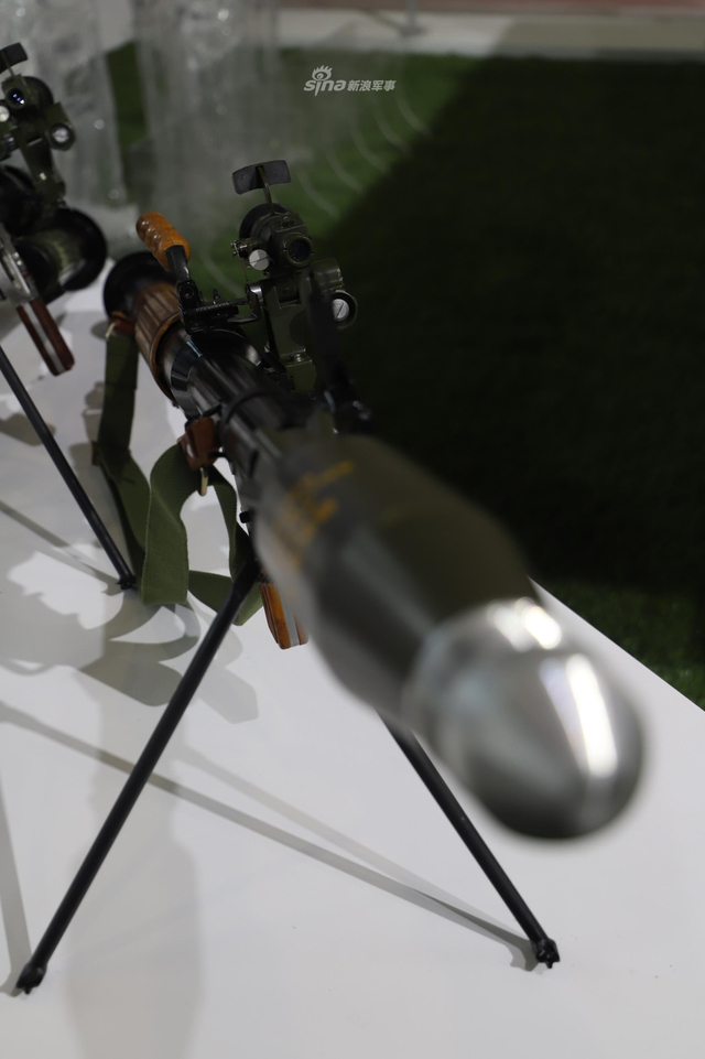 此次航展上,我军多款出口型单兵武器也纷纷参展,其中一款改进版40mm火箭筒引人注目,该型火箭筒配备了空炸火箭弹,杀伤力更强。(新浪军事摄影)