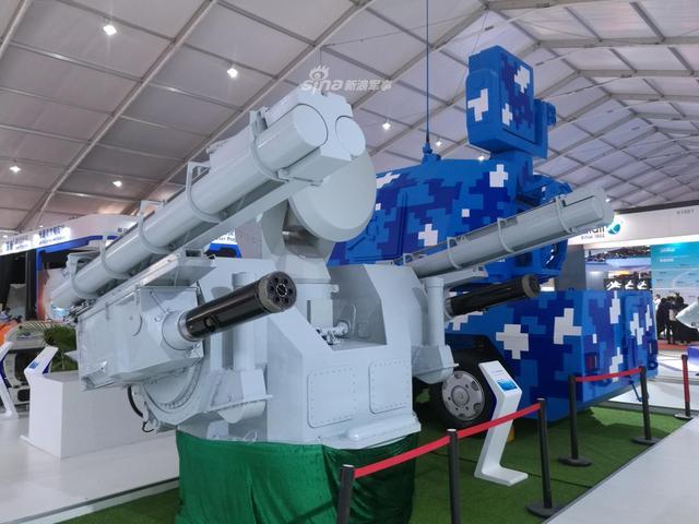 本届珠海航展上,一款国产舰载弹炮合一武器系统首次参展,外形类似俄制卡什坦近防系统,后者广泛装备于俄制大中型水面舰艇上,中国进口的后两艘956EM型现代级驱逐舰也同样配备了该型系统。(新浪军事摄影)