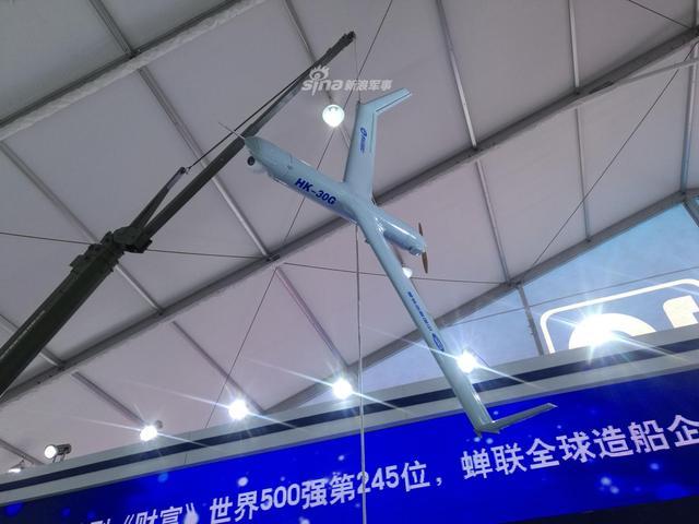 """中船重工在本届珠海航展展示了一款类似美军""""扫描鹰""""无人机的小型固定翼长航时无人机系统。这款无人机采用弹射起飞,天钩回收的起降方式,适应舰载环境下无人机的使用。该机最大平飞速度150km/h,巡航速度90-120km/h,最大续航时间为24小时,实用升限5千米,测控半径150千米。"""