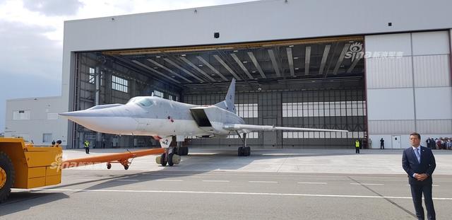 """首架深度改进的图-22M3M原型机下线,按照俄罗斯的说法M3M变成了""""全新的飞机"""",寿命延长了40至50年。采用与今年初首飞的图-160M2相同规格的航电,而图-160M2的一些航电也会先在Tu-22M3M上试验,该机将于2021年起交付。(图片来源:Fighterman_久丽美学研究)"""