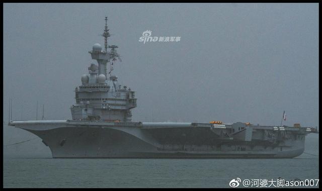 """据网友上传的图片显示,法国海军戴高乐号航母于6日离开土伦港,进行大修之后的首次测试,并与阵风舰载机进行航母飞行资格认证。此前法国防长声称,要派遣这艘航母前往中国南海周边地区,实施""""航行自由""""行动。(图片来源:河婆大脚ason007)"""
