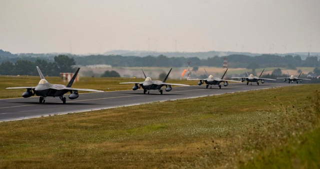 根据美国空军官方网站最新发布的照片显示,第95战斗机中队的F-22战斗机已经大批量部署到欧洲地区。2018年8月8日,隶属于地325战斗机联队的第95战斗机中队所属F-22战斗机停靠在德国的施庞达莱姆空军基地。而美国空军关于此次大规模部署的说法,颇值得玩味。(图片来源:云上的空母)