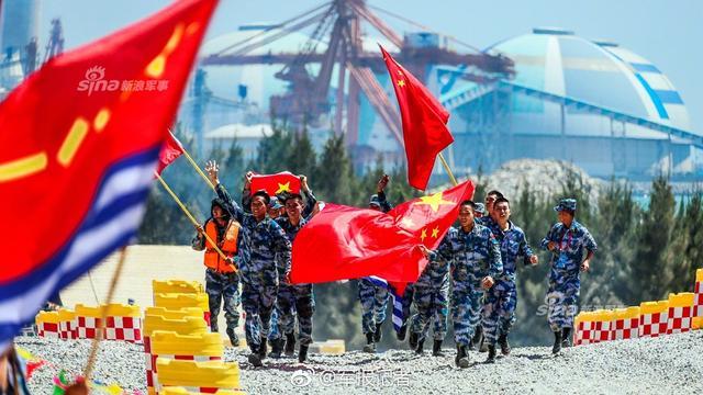 """""""国际军事比赛-2018""""海上登陆赛接力赛排名揭晓,中国参赛队获得团体第一名,俄罗斯、委内瑞拉参赛队分获团体第二名及第三名。至此,""""国际军事比赛—2018""""海上登陆赛完成全部项目比赛,中国参赛队以优异成绩取得""""海上登陆赛""""团体冠军。(图片来源:军报记者)"""