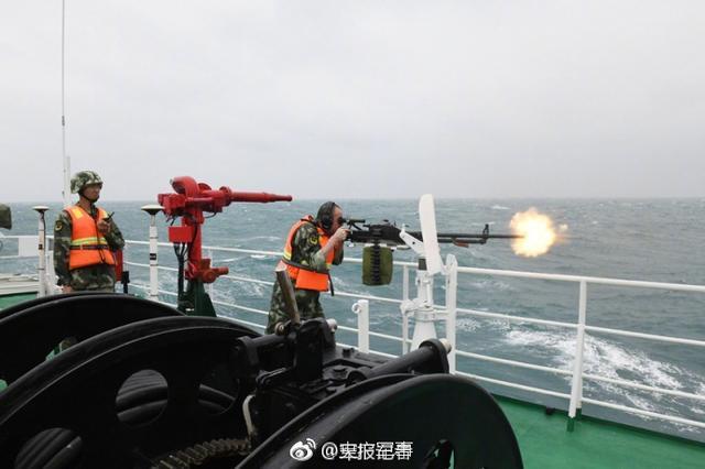 近日,广东海警二支队在汕头南澳对开海域开展舰艇实战演练,旨在提高部队整体海上实战水平,加强重点水域管控,筑牢海上安全屏障。(来源:央广军事/江子波)