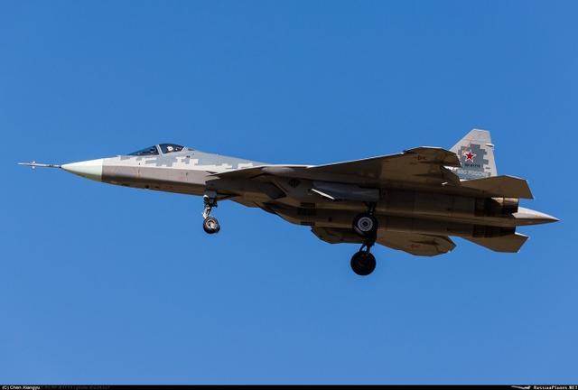 2018年3月,俄军的数架苏57战机突破进驻叙利亚基地,随后又快速撤出,虽说停留时间不长,却为首次海外之行,关于其意图有不同的说法,但是怎么都不可否认,苏57正在日愈成熟,2018年年内,第一批预生产型苏57将交付俄军使用,也许到2019年,小批量生产也将开始!(来源:梁无咎)