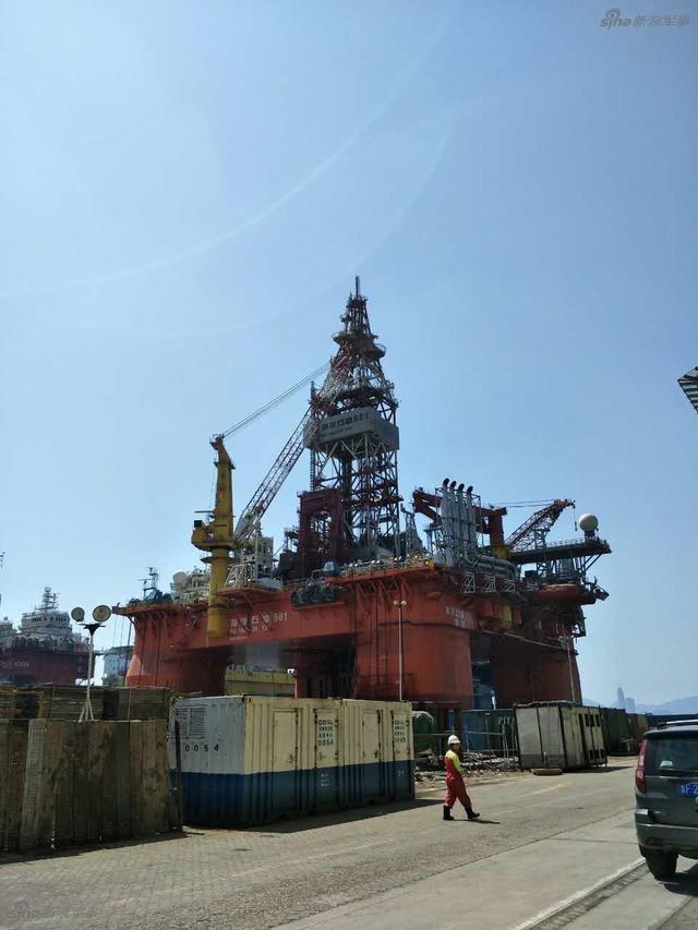 """海洋石油981深水半潜式钻井平台,简称""""海洋石油981"""",于2008年4月28日开工建造,是中国首座自主设计、建造的第六代深水半潜式钻井平台,由中国海洋石油总公司全额投资建造,整合了全球一流的设计理念和一流的装备。"""