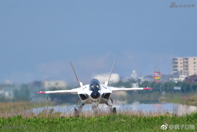 5月18日日本空军岐阜基地,其心神X-2五代机验证机再次进行飞行试验。现在的心神仅能承担气动外形和飞行控制技术上的验证作用,其未来的实用价值顶多是开发高级教练机。(来源:疯子白杨)