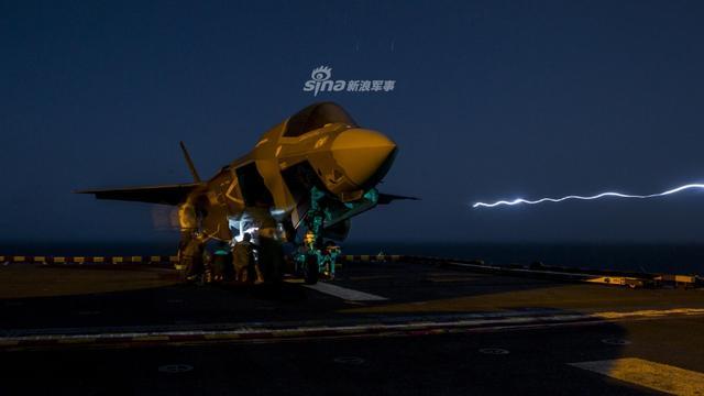 """当地时间9月27日,美国海军军陆战队的F-35B""""闪电II""""短起/垂降型战斗机完成了首次实战任务,使用1000磅重的GBU-32 JDAM制导炸弹和25毫米机炮吊舱袭击了阿富汗坎大哈省的目标。(来源:lfx160219)"""
