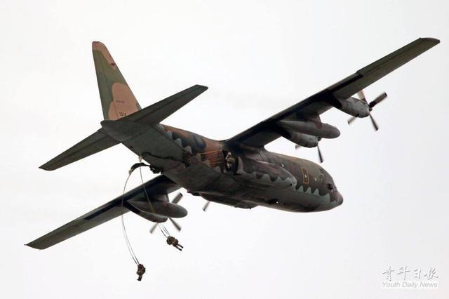 """据台媒17日报道,台军计划于6月4日开始的""""汉光34""""号军演目前正在进行实兵预演,不过在预演中,一名""""红军""""(模拟解放军攻台部队)特战伞兵在进行跳伞时因开伞不完全导致急速坠地,至今仍未脱离生命危险。今年的""""汉光34""""号军演共有四大科目,包括""""海空联防作战""""和""""北部反登陆作战""""还有""""南部反登陆作战""""以及""""中部联合反空(机)降作战""""。而模拟""""解放军空降清泉岗机场""""就是""""中部联合反空(机)降作战""""的一大重要科目。"""