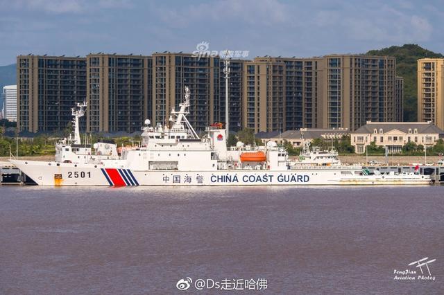 5000吨级多用途防撞型海警舰是海警的执法主力舰,长128米,宽16米,航速22节。海监东海支队拥有2501、2502两条,经常用于钓鱼岛巡航。其中2502与2501相比,桅杆上多了军用版的360海空搜索雷达。(来源:DS北风)