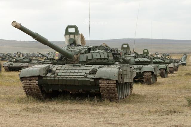 """规模庞大军容壮盛的""""东方-2018""""战略演习已经落下帷幕,而之后中俄军队的盛大阅兵式也让众多军迷兴奋不已。俄军给世人一直都是威武雄壮的形象,然而与解放军新型重装备并列比邻的之后却显得底气十分不足,尤其是这""""钢铁洪流"""",似乎从冷战时期直接copy过来一般····"""