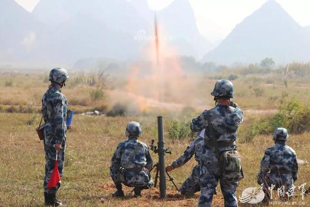 """跳伞结束了,你以为空降兵军某训练基地的""""3+1""""学员就要端坐课堂,开启学霸模式吗?其实,学员们正夙夜为战,蓄势待发,从未懈怠!蛰伏数月后,他们再上射击场,又一次接受战火考验和实战考量。(中国空军网)"""