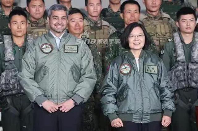 据台湾媒体报道,尽管闹出手下高官性骚扰台湾女翻译的事件,台湾方面依然对来访的巴拉圭共和国总统阿布多·贝尼特斯表示了欢迎。台湾地区领导人蔡英文10月9日上午邀请了阿布多总统在台湾桃园龙潭训练场共同见证台军防卫作战能力。